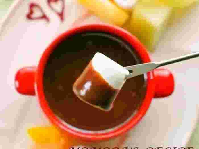 ふんわりやわらかなマシュマロにチョコレートがとろけて、幸せな味わいです。定番のマシュマロはふわふわで優しいくちどけ。