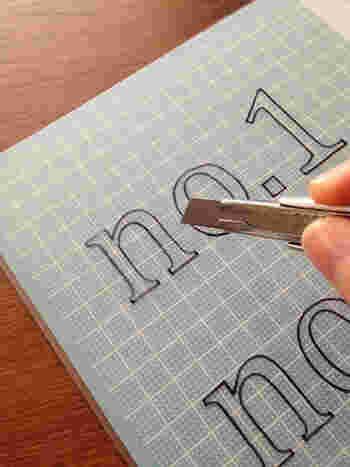 油性マジックで透けて見える文字をなぞり書きし、クリアファイルに写していきます。 写し終えたら、カッターでゆっくりと切り抜いていきましょう。 この作業が1番の難関ですが、頑張って。