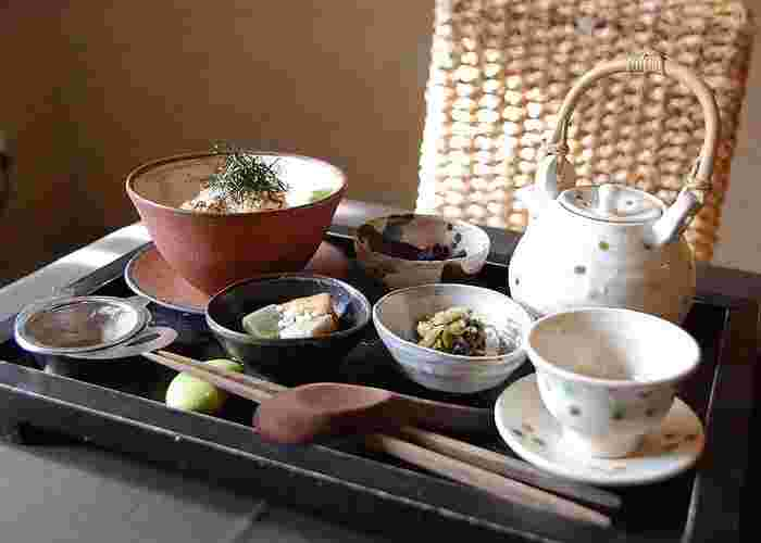 パスタやご飯物に、京野菜を用いた副菜や香の物等が付いたランチメニューがあります。【画像は「焼きおにぎり茶づけ」】