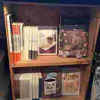 松庵文庫の棚の本は、荻窪の書店『Title』が選書したもの。 家という空間にマッチする料理や器の本は、読めば読むほど生活をより豊かにするヒントをくれそうです。