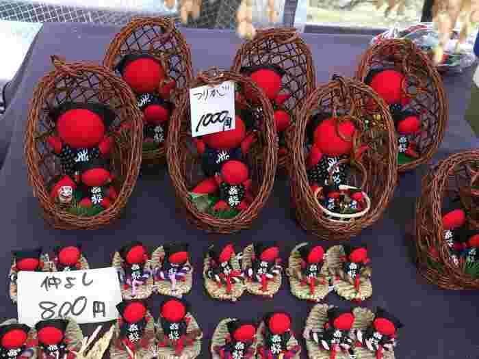 宮川朝市では、飛騨高山の特産品である「サルぼぼ」はもちろんのこと、新鮮な果物、野菜、手作りの雑貨などが販売されています。朝市には地元の利用者もたくさん訪れているため、活気でみなぎっています。