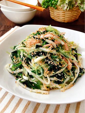 大根、水菜、乾燥わかめ、ツナで作るおかずサラダのナムル。ツナやワカメが入り、ボリューム感のあるサラダはおつまみやおかずにもなって◎。ツナ缶のオイルは好みで調整して使うと良いかも。