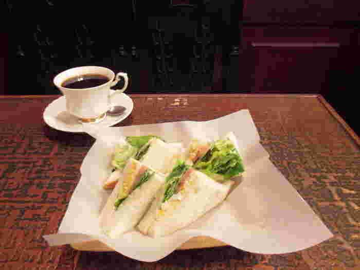 レタスたっぷりなハム・タマゴサンドイッチ。デコボコのテーブルに、記憶の片隅に残った昭和の懐かしさを感じられそう。
