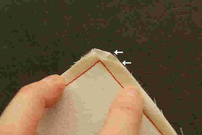 直線縫いで作る小物は四角い形状になることが多いため、角の仕上げ方も大切です。角を引っくり返す時は、まず縫いしろ全体を5mm幅にカットし、角の部分は段差が出来るように違う幅でカットしましょう。