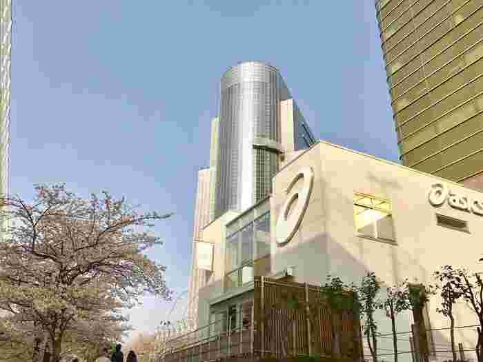 """浅草駅の正面にある吾妻橋を渡ったところにある「ASICS CONNECTION TOKYO(アシックスコネクション東京)」は、スポーツメーカー「ASICS(アシックス)」が手がけるお店。""""Yoga(ヨガ)""""や""""Run(ラン)""""などのスポーツを軸とした、ライフスタイルの提案やカフェを楽しめるスペースになっています。"""
