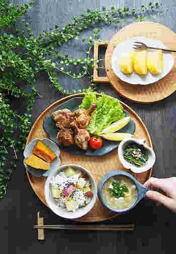 ひとり用の食事をセットにしてお膳として使うのも素敵。丸盆があることで、ほどよいまとまりを作り、豪華に見せてくれます。お皿の色とのコーディネートを楽しむこともできますね。
