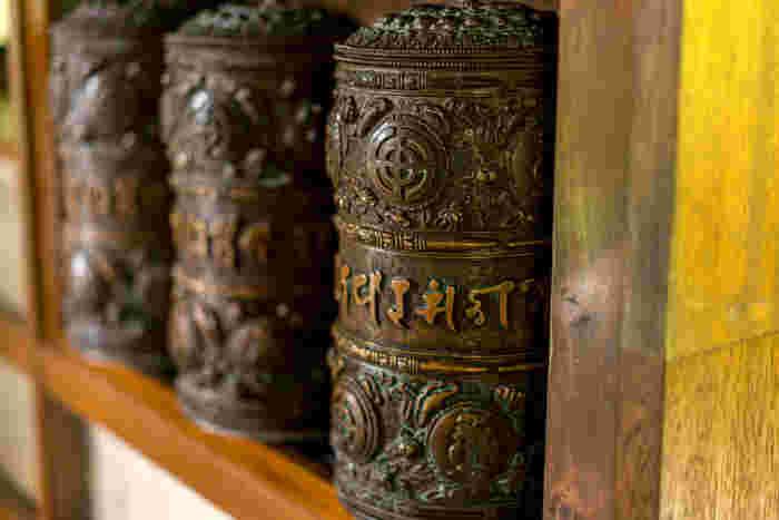 経蔵内部の壁には、マニ車と呼ばれるマントラが刻まれた筒が並んでいます。このマニ車は毎日回すことができますよ。