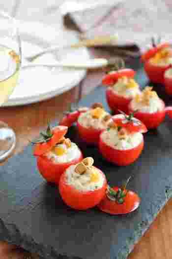 トマトのファルシーはポピュラーですね。トマトを生のまま使うサラダ風なものと、肉詰めなど火を入れるものがあります。写真は、クリームチーズとドライマンゴーを詰めたサラダ前菜風。プチトマトを使った可愛いフィンガーフードです。