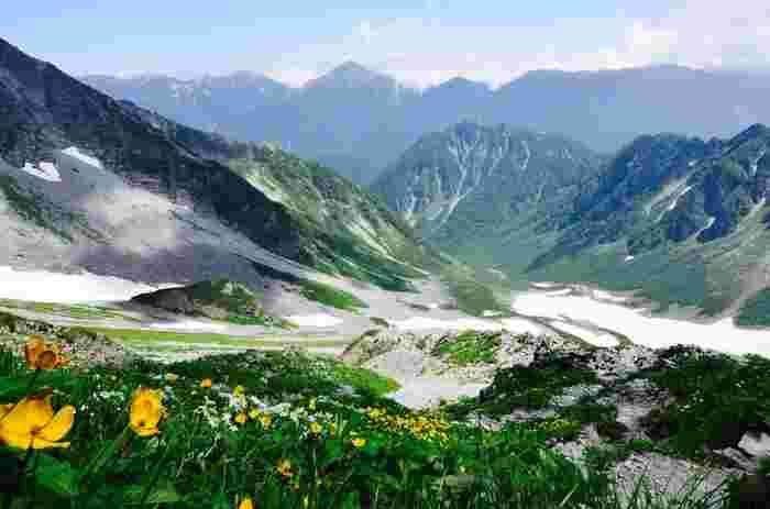 徳沢からさらに進むと横尾(よこお)と呼ばれる場所に到着し、そこからさらに登山道を進むと涸沢に到着します。涸沢カールと呼ばれる氷河によって作られた渓谷は、死ぬまでに一度は見たいといわれる絶景。ただし、こちらも登山経験者でないと厳しい道なので、しっかり準備をして行きたいところです。