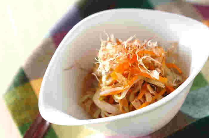 シンプルなもやしの色合いが、にんじんや三つ葉で華やかに。ツナ缶を汁ごと使うドレッシングにも注目のサラダです。 仕上げにかつお節を添えると、風味と丁寧感がアップします。ツナを加えていると、野菜が苦手な子どもも食べやすい料理に変身するのが嬉しいですよね。