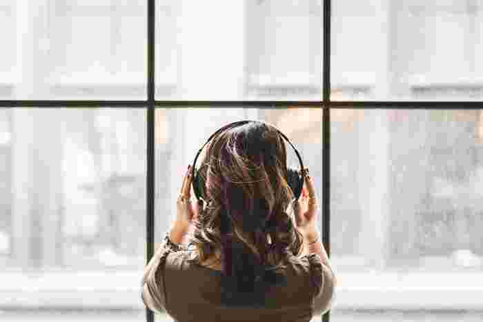 音楽が好きな人なら、体がリラックスできるお気に入りの曲があるはず。何かをしながらBGMとしてかけるのではなく、ヘッドフォンなどで集中して聴いてみましょう。たった1曲分でも、心がしっかり満たされていきます。