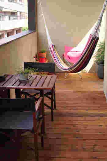 ウッドタイルを敷き詰めたり、キャンプ用品としても使えるテーブルセットやハンモックを設置すれば、まさに小さなおうちキャンプのスペースが完成!