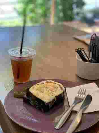 ランチのおすすめは「竹すみのチーズトースト」です。竹炭が配合された真っ黒な食パンに、ホワイトソースとチーズをたっぷりとのせて焼いたグラタンのようなひと品。