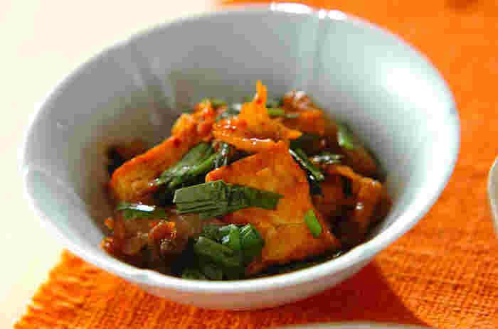 白菜キムチと一緒にササッと炒めるだけの簡単レシピは、ご飯にもお酒にもピッタリ。 ごま油の香りが食欲をそそる一品です。