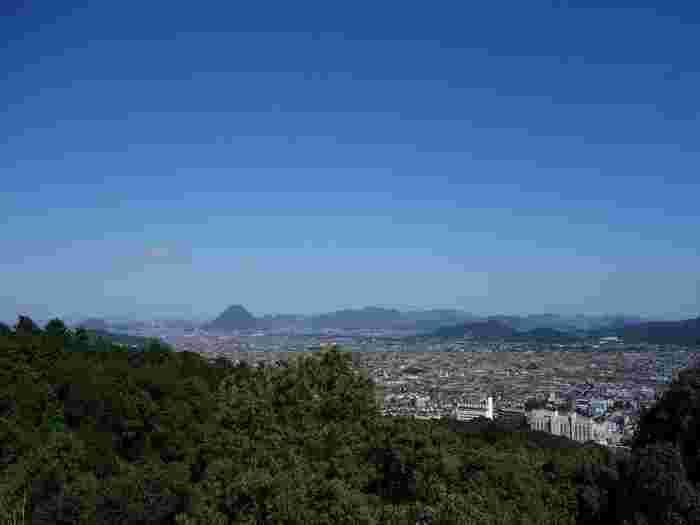 御本宮から望める景色は早速のご利益です。 讃岐平野が一望できる場所で、天気がよければ瀬戸大橋や讃岐富士などを望むこともできます。