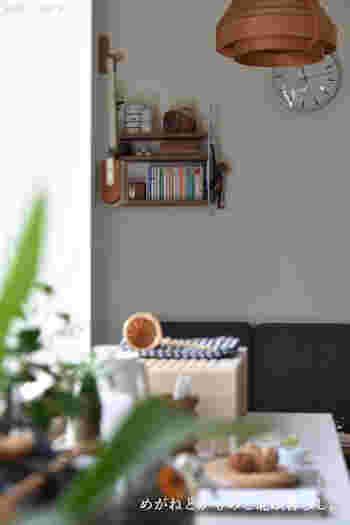 「お気に入りの小物をディスプレイする場所がほしい」「なくしがちなモノの置き場所がほしい」そんな方には、収納力のある「ウォールデコ」はいかがでしょう。壁面は重力の関係で散らかりにくい、キレイをキープしやすい場所でもあります。そんな壁面の特性をいかした、実用性も装飾性も兼ね備えたアイテムをご紹介します。