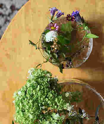 時には飾り模様がついたきれいなガラス製のボールをベース代わりにしても、浅く水をはって、蔦の植物とか花弁が小さな花を生けてみるととても可憐で繊細。絵を描くような感覚で花を配置するとよいかもしれません。