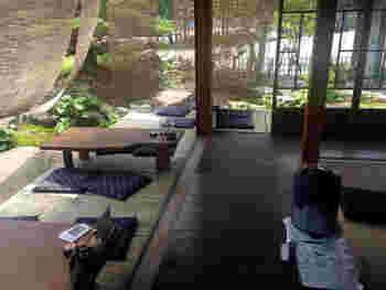 広々とした店内には、外の風を楽しめる縁側席も。天気が良かったらお庭を眺めながらゆっくりしたい。