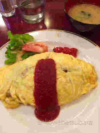 人気は昔ながらの、しっかり焼きの卵が美味しいオムライス。しっかりめのケチャップ味とボリュームたっぷりで大満足です。