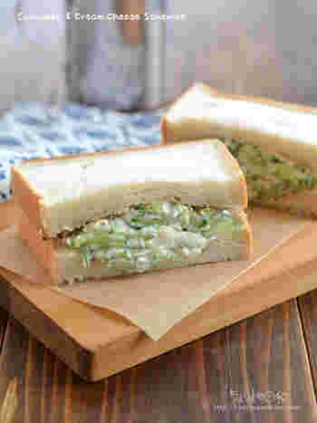 食パン2枚で簡単にできちゃうサンドイッチもお昼にいいですよね!キュウリと玉ねぎを塩もみして、クリームチーズと黒コショウで爽やかなのにコクのあるちょっと大人な味。時間がたつと水気が出てしまうので、食べる時に具を作りましょう。