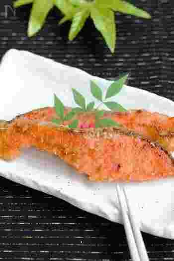 お弁当のおかずとしてお馴染みの鮭も、普通の塩焼きに飽きたら香ばしい味噌焼きにしてみましょう。奥深い旨味が加わって、さらにご飯が進みます。冷凍保存しておくと2〜3週間もつので、欲しい時にすぐ食べられますよ。
