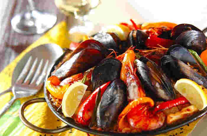 お家でも簡単にスペイン料理を!豪華な魚介類の旨みとトマトピューレを使ったさっぱりした味わいがやみつきに。ホームパーティーにもおすすめです。