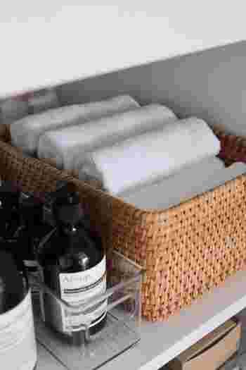 無印良品のラタンバスケットには、デイリータオルを収納しているそうです。毎日使うタオルも洗面下に収納しておけば、洗顔や歯磨きの時にすぐに使えて便利ですね。さっそくお気に入りのかごを使って、素敵な収納スペースを作ってみませんか?