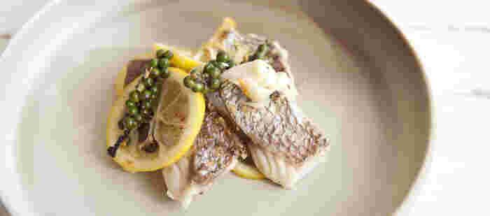 ソテーは、ムニエルのように粉をまぶさないで、そのまま炒める料理。その分、さっぱりした味わいが楽しめます。こちらのソテーも、じつにシンプル。だからこそ、鯛のおいしさが満喫できます。生こしょうは、普通のこしょうでもOK。