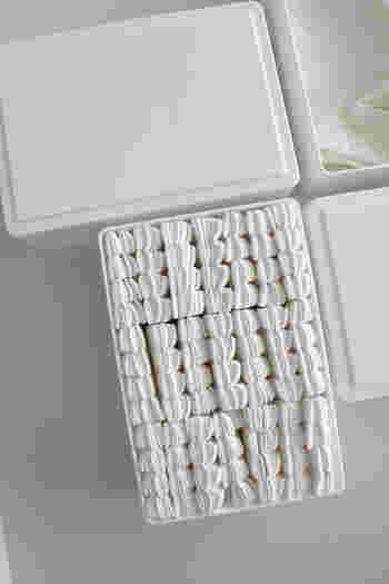 トイレブラシのストックには、セリアのストレージケースがぴったり。隙間なく並んだ様子は美しいですね!セリアのケースは、トイレ用シートや手袋の収納にもおすすめです。