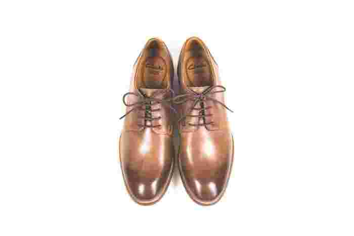 はじめはきつく感じた革靴も履くたび、自分の足に徐々にフィットしてくるもの。こまめにケアして、手入れを怠らずにいれば、10年、いやそれ以上愛用することだってできるのです。靴のお手入れは案外シンプルだし、難しく考える必要はありません。正しいケアとコツを抑えて、自分にぴったりの靴を育てましょう。