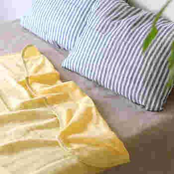 木綿の一大産地として知られる愛知県・三河にある「ichiori gauze(イチオリガーゼ)」のふんわりと軽く肌触りも心地よい、コットン100%のガーゼケット。