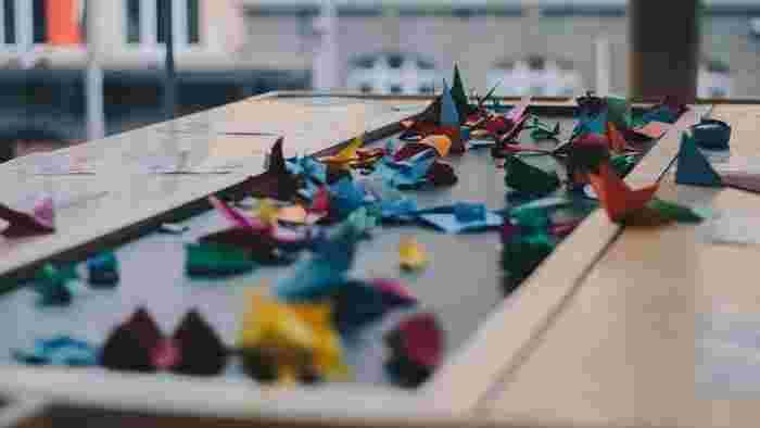 現代では、折り紙で馴染みの深い折り鶴は、平和の象徴として多くの人に愛され、幼稚園や小学校の授業の一環で取り入れられたり、日本の外交にも用いられることがあります。
