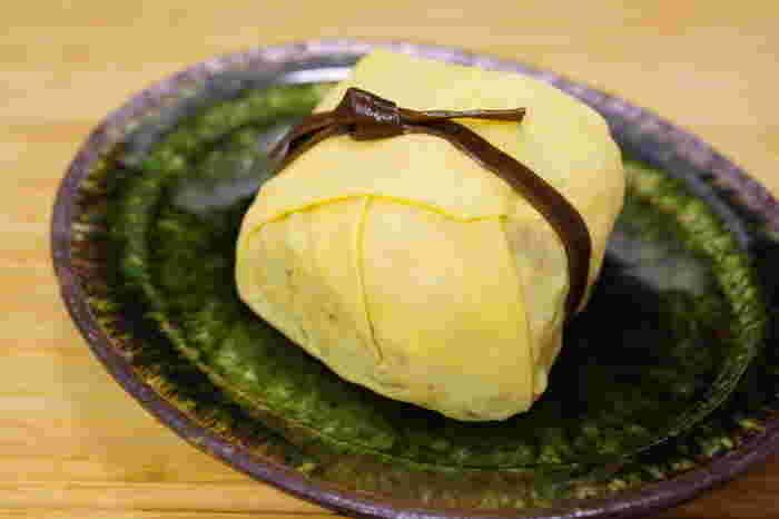 創業当時から人気の茶巾寿司。皇室主催の園遊会で供される由緒正しいお寿司で、和菓子のような美しさも魅力です。わざわざ遠方から訪れるファンも多いんですよ。
