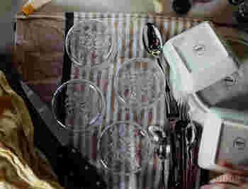他の食器と一緒に水切りカゴに入れたくない繊細なグラスや包丁類は、ディッシュマットや厚手のティータオルなどに、水切りしておけば十分に水切り効果があり、さっと乾くのでとっても便利です。