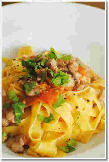 サルシッチャとは、イタリア生まれの腸詰めこと。どこでも手に入るというほど身近な食材ではないかもしれませんが、意外と簡単に手作りもできるそう。たくさん作ったら、ジューシーなお肉を楽しむこんなパスタにしてみるのもおすすめです。