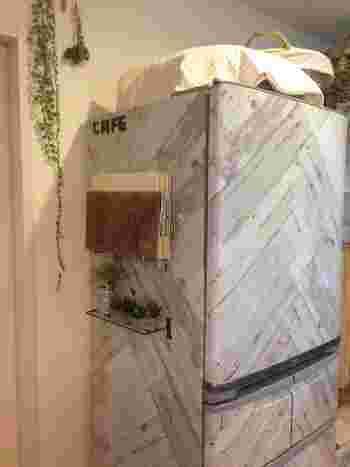 殺風景な冷蔵庫の側面をかわいくデコ。小さなグリーンがナチュラルなアクセントに。