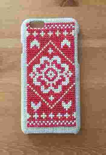 こちらは生地にクロスステッチで模様を描いて、ケースに貼り付けたもの。北欧風のパターンは、市販のメッシュケースにも応用できそうです。