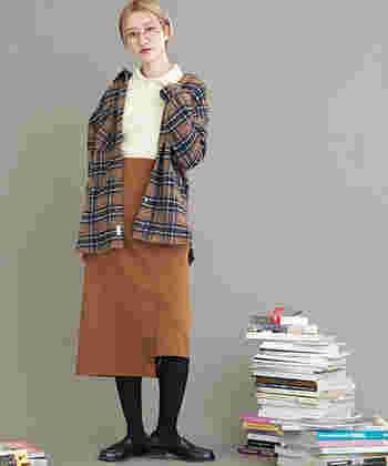 中に襟付きトップスの上にシャツを羽織った上級者コーデ。  中に着るインナーはフィットするもの、そして素材感を変えるのが相性よくまとめるポイントです。  アウター感覚でゆるっとシャツを着こなせば、女性らしい抜け感を楽しめます。