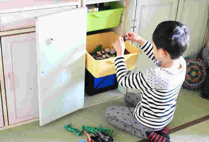 こちらのブロガーさんは、棚の中にレールで動かせるボックスをスタンバイ!遊ぶ時には、このボックスごと持ち運べて、遊び終わったらスッキリ収納。お子さまにとっても、使い勝手抜群です!
