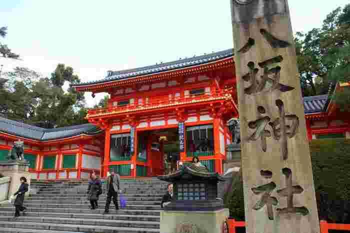 祇園祭でも有名な「八坂神社」。平安時代頃に疫病退散を祈願したとされていて厄除けのご利益があると人気のスポットになっています。また花街・宮川町からもほど近く、舞妓さんも多く見られるということで、国内外問わず多くの人が訪れています。