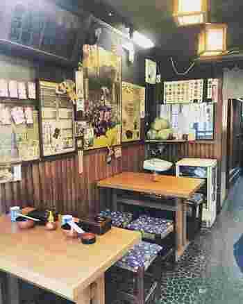 江戸風情を感じるこじんまりとした店内は、いつもたくさんのお客さんでにぎわっています。予約制ではないので、週末になると行列ができる日も多いんですよ。