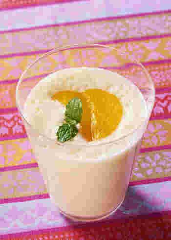 「ヨーグルト、牛乳、ハチミツ」のスムージーのベースに、凍らせた黄桃を合わせたピーチスムージーです。  凍らせた黄桃に限らず、凍らせたマンゴーやバナナで作ってもいいですね。お腹にもたまって、栄養もあり、朝のドリンクにぴったりです。  滑らかにするために、ミキサーを使いましょう*