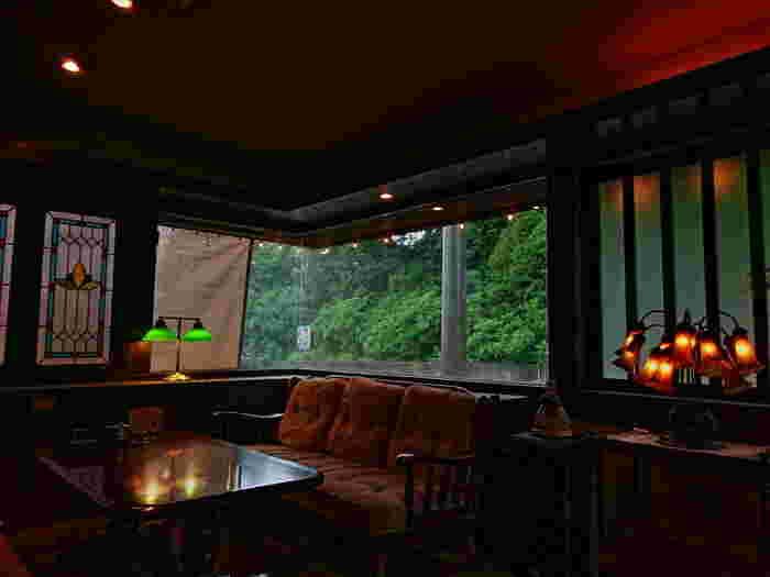 ダークブラウンな純喫茶、ヨーロピアンでクラシックな喫茶店・・。どんな喫茶店スタイルを目指すのかイメージしたら、今回ご紹介したポイントを参考に、真似しやすいところからぜひ模様替えをはじめてみましょう。  疲れて帰ってきた身体と心をほっこりと包んでくれる、そんな空間の心地よさを毎日味わえるはず。そして、自ずと丁寧に淹れたおいしい珈琲が飲みたくなったり、ゆったりと本が読みたくなったり・・・。まさに喫茶店のような時間を過ごせるはずです。
