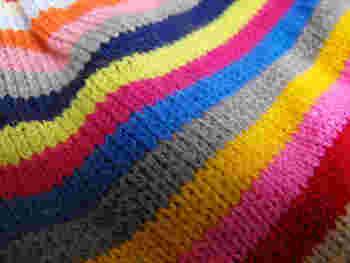 「メリヤス編み」は表目の面と裏目の面からなり、表と裏の模様が異なるのが特徴です。