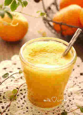 冬におすすめの温かいみかんジュースのレシピ。オレンジに比べてまろやかな甘味があり、温めると優しい甘さが楽しめます。はちみつ生姜をプラスするので、風邪予防にもなりますよ。