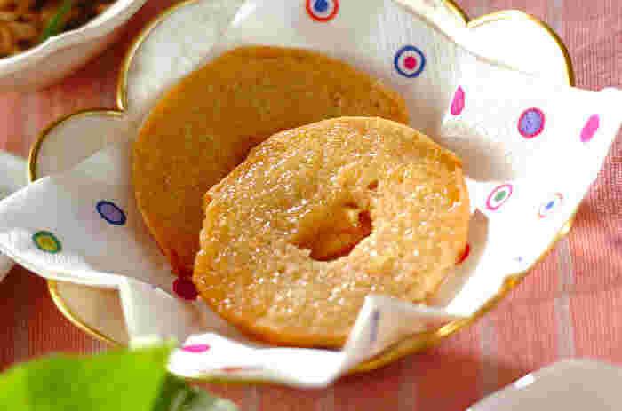 薄切りにしたベーグルに生姜とはちみつをつけて焼くラスク風。生姜のはちみつ漬けを使えば、朝食にも簡単に作ることができます。このレシピではオーブンで焼いていますが、オーブントースターを使うにも手軽でいいですね。