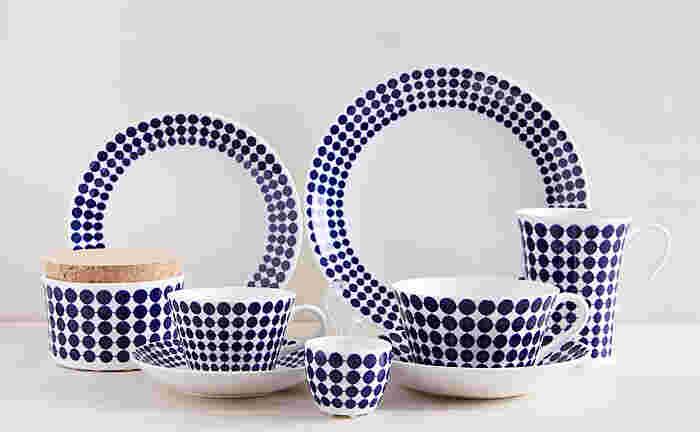 こちらもスティグ・リンドベリの名作、「ADAM(アダム)」シリーズの復刻版です。白地に青いドットのADAMは、赤地に白いドットの「EVA(エヴァ)」シリーズとペアで作られた食器です。ADAMもEVAも可愛らしいドット柄ですが、はっきりした色を使うことで、モダンで洗練された印象に。リンドベリの生み出した存在感溢れるテーブルウェアは、毎日の食卓を華やかに演出してくれます。
