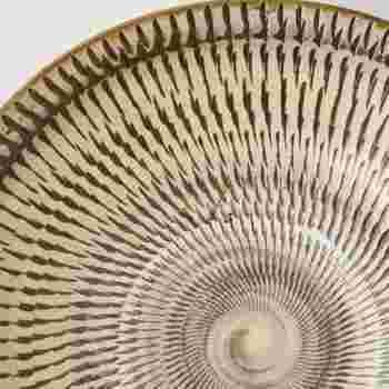 """小鹿田焼の伝統技法のひとつである""""飛び鉋""""の六寸皿は、独特のリズミカルな模様と、土のぬくもりを感じる素朴な風合いが魅力的です。炒め物や和え物、サラダなど、様々なお料理を美味しそうに引き立ててくれます。"""
