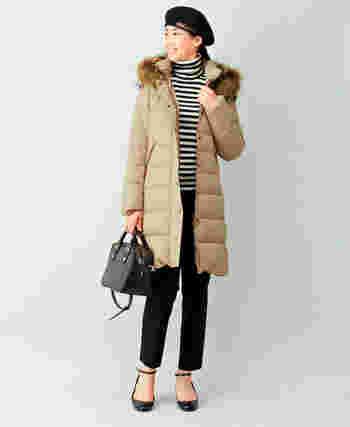 レザーバッグやベレー帽など、黒アイテムで引き締めて、ボリュームあるダウンをスッキリとした印象に着こなしていますね。少しウエストをシェイプしたシルエットで、スタイルアップも叶うダウンデザインです。