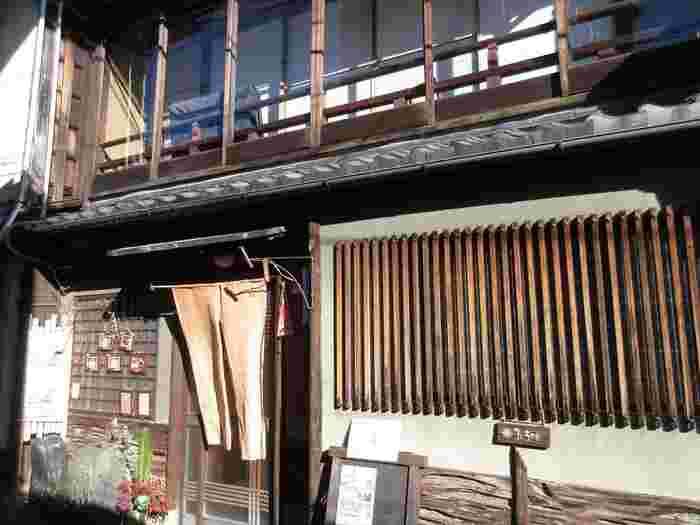 京都の宮川町にひっそりと佇む、築100年の町家を改装したブックカフェ「ろじうさぎ」。オーナーの女性がお一人で切り盛りされています。お寺の朝の拝観を楽しんだ後に、ゆっくりと朝食をとるのにもおすすめのお店です。